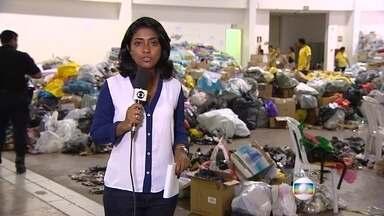 Duas pessoas que estavam na lista de desaparecidos foram encontrados com vida em Mariana - Voluntários trabalham no Centro de Convenções de Mariana separando os donativos.