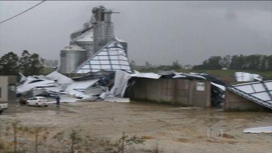 Temporais voltam a causar estragos no Rio Grande do Sul - Vendaval derrubou dois silos e destelhou casas em São Borja. Em Aceguá, o vento chegou a quase 150km/h.