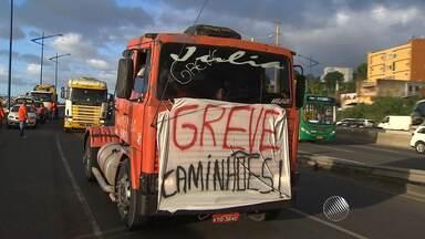Caminhoneiros fecham trecho da Via Expressa, em Salvador - A ação fez parte do terceiro dia de protestos da categoria na Bahia.