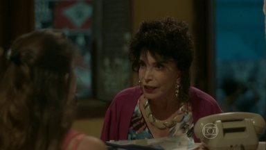 Fátima se irrita com Jessy - A dona da pensão reclama ao chegar e ver a recepção sem ninguém