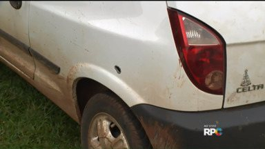 Carros roubados encontrados em Tamarana, cidade próxima a Londrina - Segundo os policiais, dois carros foram roubados na terça-feira durante uma fuga da quadrilha que arrombou um banco em Ortigueira.