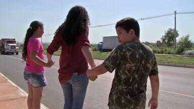 Falta de faixa de pedestres em escola coloca alunos em risco - Falta de faixa de pedestres em escola coloca alunos em risco.