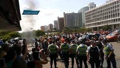 Ambulantes e policiais entram em confronto na rodoviária do Plano Piloto - Quatro pessoas foram presas. Uma mulher foi atingida por uma pedra e socorrida.