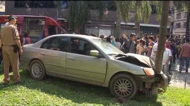 Carro invade a praça Carlos Gomes no centro de Curitiba - O carro que tinha acabado de sair de um estacionamento, atravessou o canteiro e só parou ao bater em uma árvore.