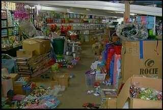 Comércio reforça estoque de artigos natalinos em Bom Jardim, no RJ - Expectativa é de aumento nas vendas em dezembro.