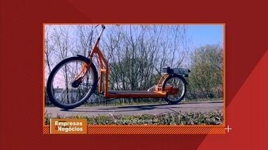 Designer holandês cria bicicleta inovadora - Ao invés de pedalar, você caminha. A ideia surgiu quando ele estava na academia e pensou em acoplar a esteira na bicicleta para poder se exercitar ao ar livre.