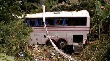 Acidente grave em Santa Catarina provoca a morte de cinco pessoas. - Um ônibus de sacoleiros e um carro bateram de frente, 21 pessoas saíram feridas.