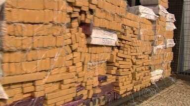 Polícia para para ajudar motorista e descobre drogas dentro do veículo, em Goiás - Ao descobrir as centenas de tabletes de maconha, o condutor foi preso em flagrante por tráfico de drogas.