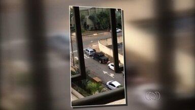 Homem é flagrado ao furtar estepe de caminhonete em Goiânia; veja vídeo - Morador de prédio registrou momento em que ele retira e leva equipamento. Ação aconteceu em plena a luz do dia na Rua T-37, no Setor Bueno.
