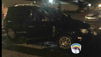 Criminosos jogam carro no mar e fogem da PM nadando em Ilhabela, SP - Suspeitos eram perseguidos por não respeitarem ordem de parada da PM.