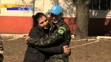 Militares do RS se despedem de famílias ao embarcar para missão no Haiti - O contingente partiu de Bagé para missão no exterior.