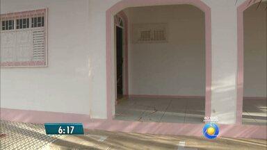 Pescador é assassinado em casa na Praia da Penha, em João Pessoa - A vítima teria sido confundida com caseiro e arrastado para dentro da residência antes de ser morto.