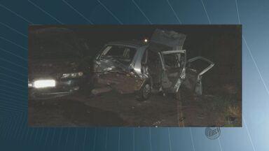 Colisão entre carros mata 3 pessoas na rodovia entre Matão e Dobrada - Três pessoas seguem internadas no Hospital Carlos Fernando Malzoni. O acidente aconteceu na Rodovia do Trabalhador, que liga as duas cidades.