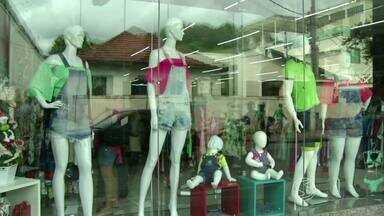 RJTV mostra casos de desrespeito ao consumidor em Três Rios - Nessa época do ano as lojas começam a enfeitar as vitrines para chamar ainda mais a atenção do consumidor, mas será que os preços estão à mostra?