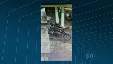 Polícia suspeita que suspeitos de assassinar ciclista em Niterói foram mortos - A polícia acredita que traficantes do Morro Boa Vista, no Fonseca, tenham executado os dois adolescentes suspeitos de matar o ciclista Bruno Fernandes. Os corpos foram encontrados na quarta-feira (25) dentro de um carro roubado.