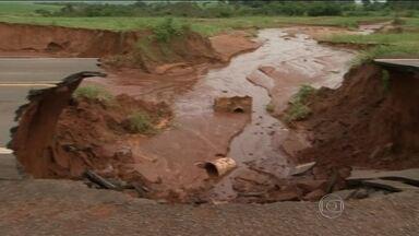 Chuva forte provoca estragos no Paraná - Temporal interditou rodovias importantes. Casas foram invadidas pela água e moradores ficam ilhados.