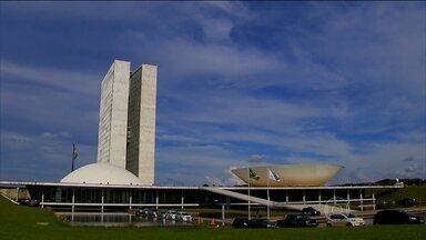 Com a prisão de Delcídio do Amaral, são agora 13 os senadores investigados pela Lava Jato - O assunto agora em Brasília é o futuro do parlamentar Delcídio do Amaral, que continua com o mandato e o salário.