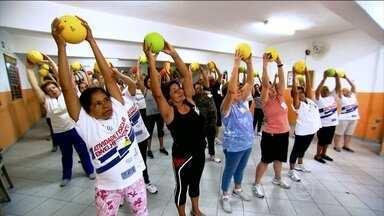 Turma da terceira idade investe na saúde do corpo e da mente e esbanja vitalidade - Na aula, os comandos viram coreografia. A professora trabalha a parte neuromotora para desenvolver o tempo de reação, memória, raciocínio. Outros testes avaliam a força, agilidade, equilíbrio e flexibilidade.