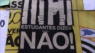 Fantástico acompanha ocupação das escolas públicas em São Paulo - Quase 200 escolas estão ocupadas por alunos em São Paulo. Estudantes protestam contra a reestruturação do ensino feita pelo governo do estado.