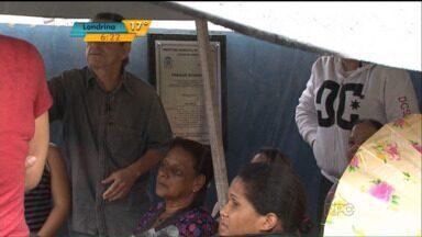 Pais passam a madrugada na fila para garantir vaga em creche em Umuarama - Como faltam vagas nas creches para crianças com até três anos, muitos pais precisam enfrentar filas para garantir uma vaga.
