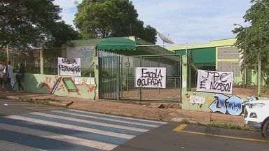Estudantes ocupam a 2ª escola em Araraquara - É a sétima unidade invadida na região de São Carlos. Eles são contra o projeto de reorganização das escolas do Governo de São Paulo.