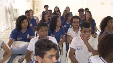 Alunos de escola pública visitam casas para tentar combater o Aedes Aegypti em Pau da Lima - O índice de infestação na região é de 4,8, número considerado alarmante. Conheça a iniciativa.