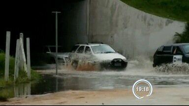 Túnel da Rodoviária Nova ficou alagado em Taubaté - Inundação foi por conta de uma lavagem que a Sabesp fez em uma estação do bairro.