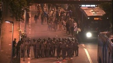 Em protesto, estudantes fecham uma das principais avenidas de SP - Teve confusão e quatro pessoas foram detidas.
