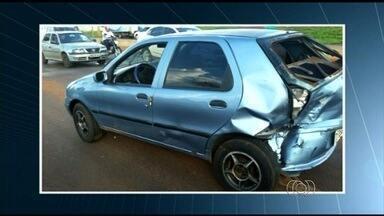 Três carros, dois deles roubados, se envolvem em acidente na BR-060, em Rio Verde - Os suspeitos que estavam nos carros roubados fugiram do local.