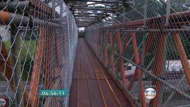 Anchieta ganha passarela provisória após acidente com caminhão no ABC - Um caminhão passou com caçamba levantada e derrubou passarela no km 30. As obras da passarela definitiva devem ser concluídas no mês de fevereiro.