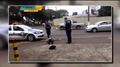 Ação de guardas municipais deixa população indignada em Foz do Iguaçu - Um artista de rua que fazia malabarismo foi imobilizado pelos guardas. Durante a ação, eles ainda dispararam três vezes uma arma de choque no rapaz.