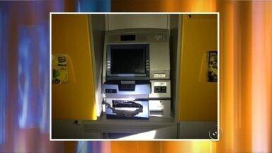 Criminosos explodem caixas automáticos em Pindorama - Criminosos invadiram uma agência bancária na madrugada desta quarta-feira (2) no bairro Vila Roberto, Distrito de Pindorama (SP). De acordo com os policiais, os ladrões usaram explosivos para tentar arrombar os caixas automáticos.