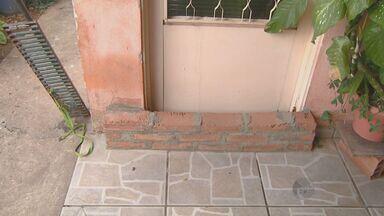 Famílias sofrem com inundações a casas em Itapira - Com as chuvas frequentes as casas de várias famílias foram inundadas.