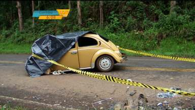 Acidente em Cruz Machado mata mulher e deixa outros feridos - O acidente foi na PR-447 perto de Cruz Machado, no sul do estado. Batida foi entre um carro e uma viatura da Polícia Militar.