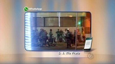 PM é chamada para conter torcedores na Alberto Andaló após vitória do Palmeiras - Torcedores de São José do Rio Preto (SP) foram até a avenida Alberto Andaló após a vitória do Palmeiras durante jogo com o Santos, pela Copa do Brasil, na quarta-feira (2). A Polícia Militar foi chamada, usou bomba e tiros de borracha para conter os torcedores.