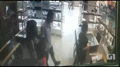 Casal assalta joalheria em shopping de Salvador - Ninguém foi preso. Confira a ação gravada nas câmeras da loja.