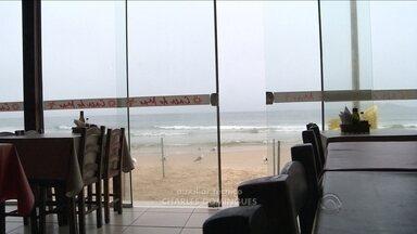 Excesso de chuva afasta turistas e prejudica comerciantes - Excesso de chuva afasta turistas e prejudica comerciantes
