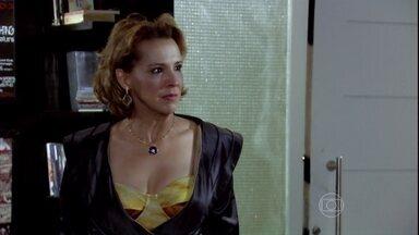 Ilana sente ciúme de César com Aida e discute com o marido - Ele explica para a esposa que encontrou a ex-mulher por acaso no trânsito