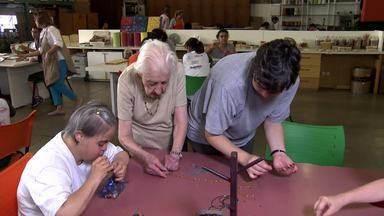 5 de dezembro, Dia do Voluntário - Para marcar o Dia do Voluntário (5/12), vamos conhecer uma senhorinha de 93 anos que é voluntária há cerca de 20 anos. Atualmente, ela atua numa associação que trabalha com pessoas com deficiência mental.