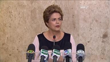 Dilma diz que não tem motivo para desconfiar do vice, Michel Temer - Presidente defendeu que o Congresso cancele o recesso. Ela recebeu grupo de juristas contra o pedido de impeachment.