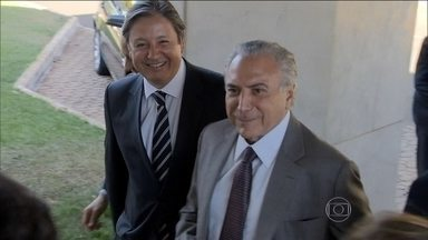 Michel Temer diz, em carta para Dilma, que a presidente não confia nele - O vice-presidente Michel Temer decidiu enviar uma carta de três páginas à presidente Dilma Rousseff para desabafar sua insatisfação com o papel que tem exercido no Executivo federal desde que assumiu o cargo em 2011.