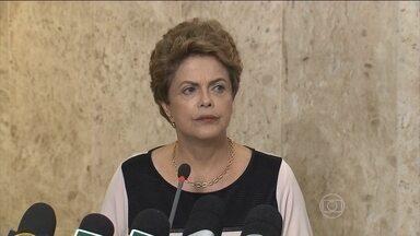 Dilma pede que parlamentares suspendam o recesso de fim de ano - Tem mais um teste de forças entre o Planalto e o Congresso: a presidente pediu que os parlamentares suspendam o recesso tradicional de fim de ano, argumentando que o país não pode ficar parado à espera de uma decisão sobre impeachment.
