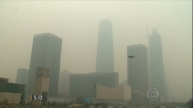 Pequim enfrenta altos índices de poluição há várias semanas - Na capital da China, os moradores enfrentam uma série de restrições por causa do aumento da poluição.