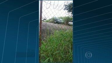 Detran de Irajá tem possíveis focos do mosquito Aedes Aegypti - Imagens do telespectador Fágner Borges mostram o mato alto e os carros abandonados no Detran da Rua Itapera.