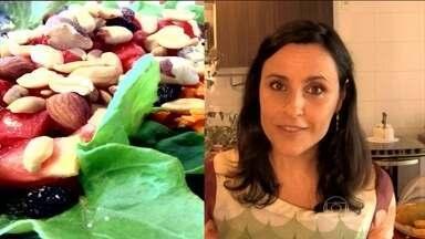 Antioxidantes na alimentação previnem o envelhecimento - Frutas, legumes, verduras e, principalmente, as vitaminas A, C e E são ricos em antioxidantes. A nutricionista recomenda ingerir três porções de frutas por dia.