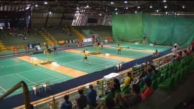 Esporte olímpico, badminton reúne jovens atletas em Foz - Criado na Índia, o badminton estará na Rio-2016. Campeonato Sul-Americano é realizado em Foz do Iguaçu e tem presença marcante dos familiares dos jogadores brasileiros