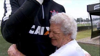 História de amor! Torcedora fanática de 98 anos visita o CT do Corinthians - História de amor! Torcedora fanática de 98 anos visita o CT do Corinthians