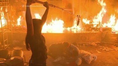 Incêndio atinge o cinema de Totalmente Demais - Acompanhe os bastidores da cena eletrizante que destruiu o cinema e quase matou os personagens de Marina Ruy Barbosa e Felipe Simas