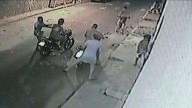 Polícia procura suspeitos por assalto em Codó, MA - Em Codó (MA), a polícia procura dois homens que assaltaram um casal, na semana passada. A ação dos bandidos foi filmada por câmeras de segurança, mas só agora as imagens foram divulgadas.