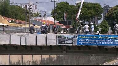 Trecho da BR 230 é interditado em João Pessoa - A interdição é nos dois sentidos da via, das oito da manhã às três da tarde, para obras do viaduto.